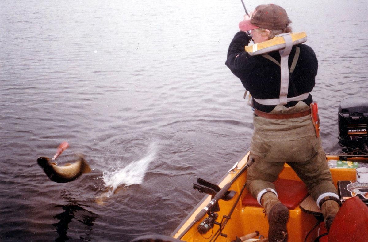 Gord Burton drillt einen englischen Hecht, er ist einer der wenigen Kunstköderspezialisten von der Insel.