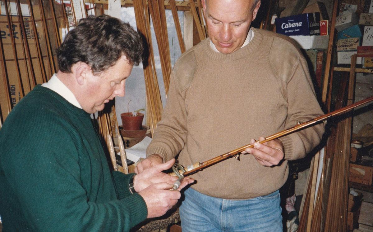 Partridge-Direktor Alan Bramley (rechts) und sein Produktchef Terry Emms begutachten eine Splitcane-Rute, die sie gerade produziert haben.