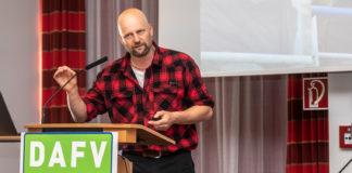 """Matze Koch auf der Jahreshauptversammlung 2018 bei seinem Vortrag """"Angeln in der Mitte der Gesellschaft"""". Bilder: DAFV, Olaf Lindner"""