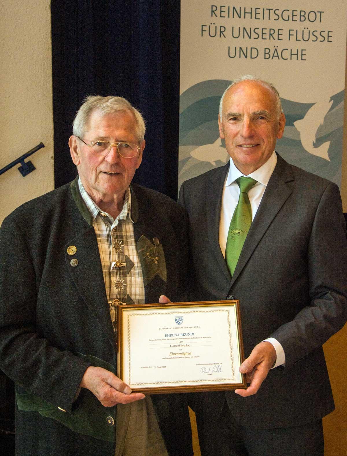 Albert Göttle (rechts), neuer und alter LFV-Präsident, verleiht Luitpold Edenhard die Ehrenmitgliedschaft.
