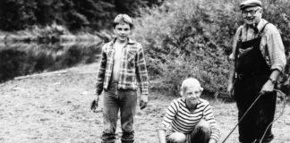 """""""Onkel Rudolf"""" (rechts) sowie seine beiden jungen Angelfreunde Lubos Mudroch (Mitte) und Martin Dolak (links) mit dem Rekordwels von 92 Kilo."""