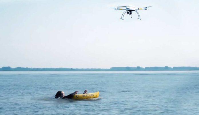 Eine ferngesteuerte Drohne wirft die Rettungsboje über dem Verunfalten ab.