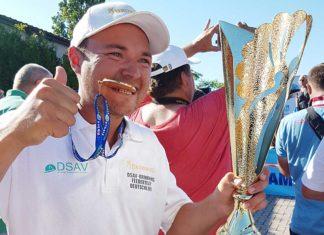 Feeder-Weltmeister Felix Scheuermann freut sich über Pokal und Goldmedaille.