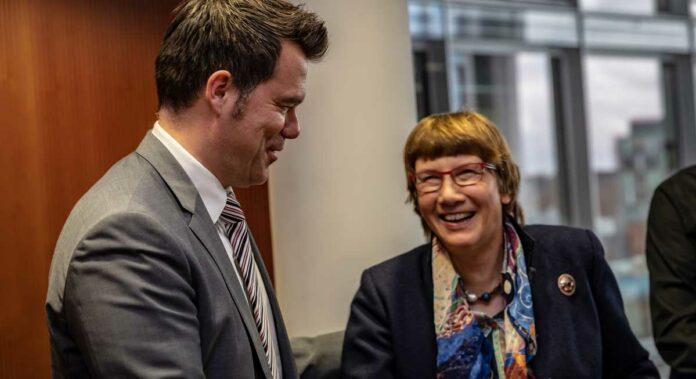 Dr. Christel Happach-Kasan gratuliert Dr. Gero Hocker zur einstimmigen Wahl als neuer Präsident des DFV. Foto DAFV, Olaf Lindner