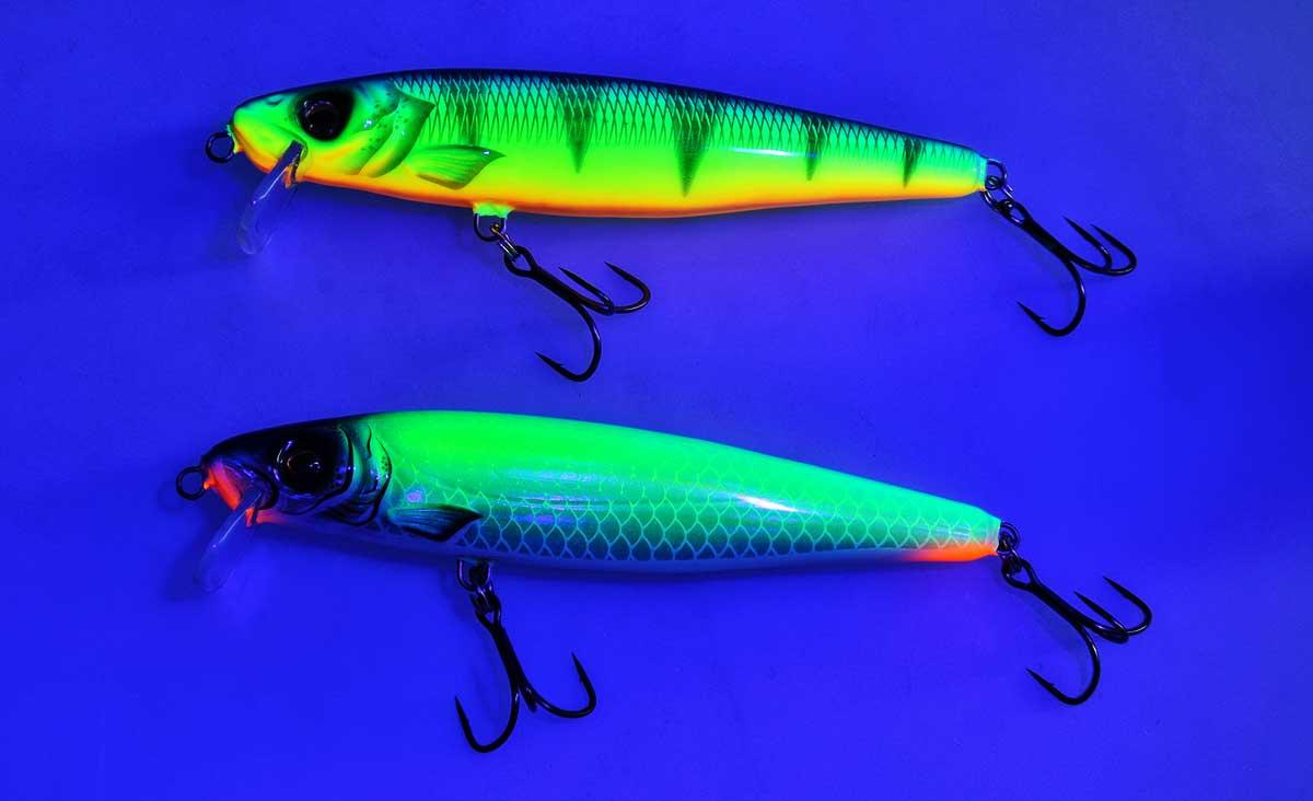 Unter Schwarzlicht: Man beachte besonders das UV-aktive Motoroil (2). Unter Schwarzlicht leuchtet es Chartreuse auf - eine echte Innovation auf dem Wobblermarkt (1-4 von oben nacht unten).