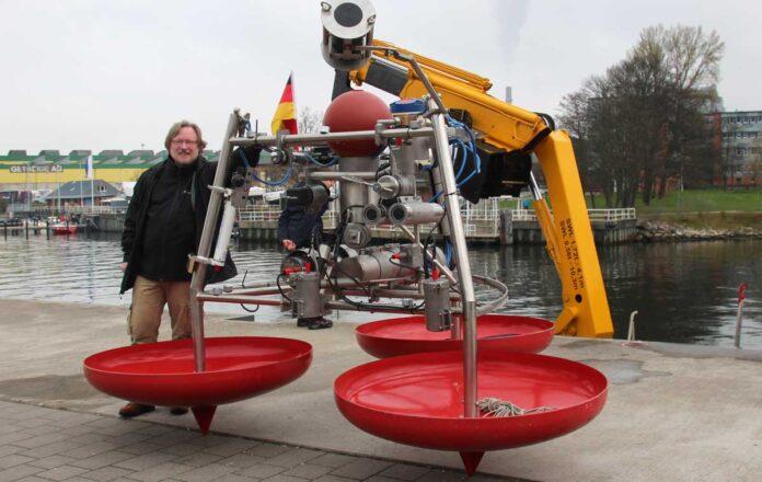 Joachim Gröger mit einem UFO-Prototyp vor dem Einsatz in der Kieler Förde. Foto: Michael Welling/Thünen-Institut