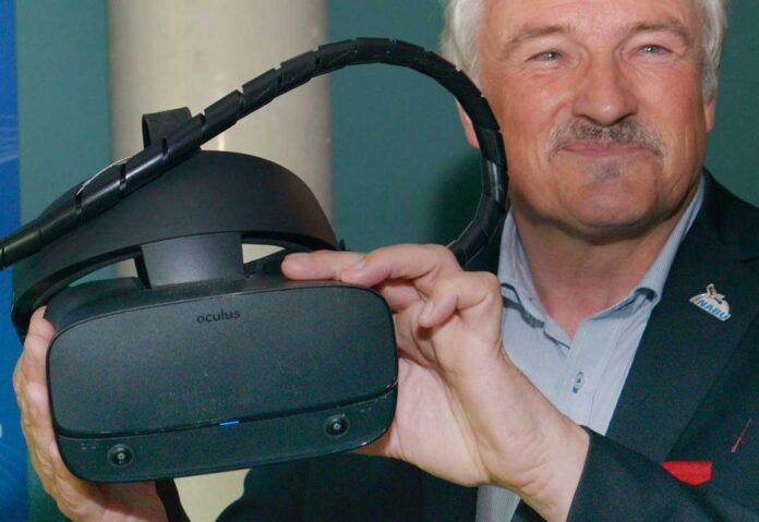 NABU-Präsident Olaf Tschimpke mit einer der neuen VR-Brillen im Ozeaneum Stralsund. Bild: Volker Schrader/Deutsches Meeresmuseum