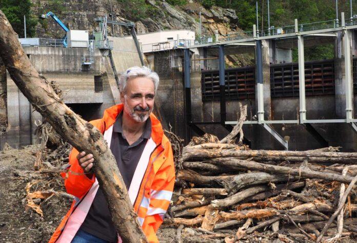 """Projektleiter Ernst Bieber bei der Beseitigung der angeschwemmten Hölzer vor der Staumauer. Das """"Fischhotel"""" wird an sicherer Stelle neu angelegt. Bild: EVN/Moser"""