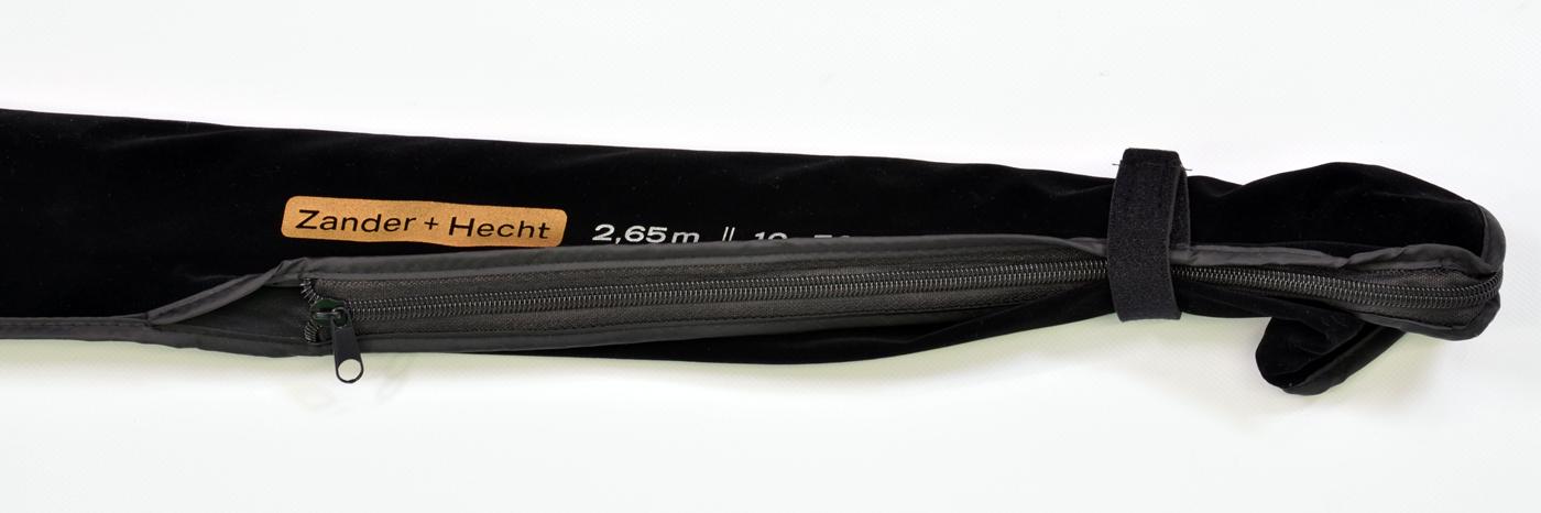 Die Rute kommt in einem besonders hochwertigen Futteral mit Reißverschluss auf Griffhöhe.